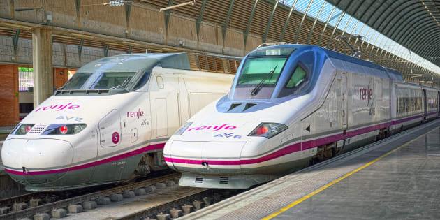 Un par de trenes AVE, detenidos en la estación de Sevilla-Santa Justa, en una imagen de archivo.