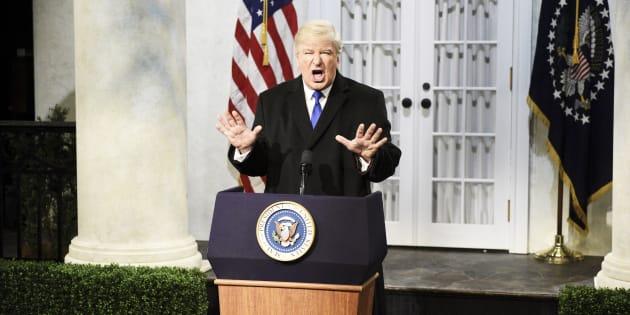 """Les nombreux tweets qui affluent pour ironiser sur l'urgence nationale, décrétée par la Maison Blanche, font suite à un sketch d'Alec Baldwin, déguisé en Donald Trump, diffusé dans """"Saturday Night Live""""."""