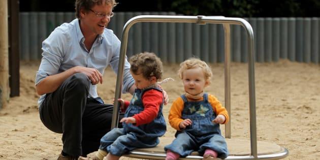 Na foto, o alemão Olivier brinca com seus filhos durante sua licença. Na Alemanha, casais têm 14 meses de licença para dividir entre os dois.