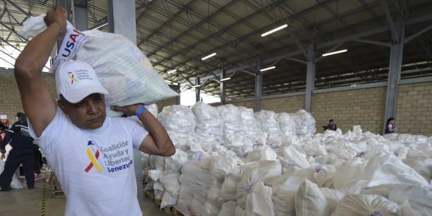 Un voluntario porta ayuda humanitaria enviada por Estados Unidos en Cúcuta, en la frontera colombiana con Venezuela.