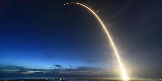 L'armée américaine veut tester une théorie folle pour envoyer une fusée dans l'espace sans carburant (photo d'illustration : une classique fusée Falcon 9 de SpaceX)