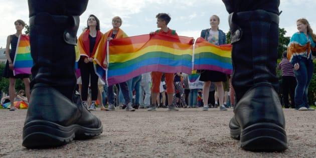 Miembros de la comunidad LGBTQ realizan un desfile en la ultraconservadora ciudad de San Petesburgo, Rusia, en 2017.