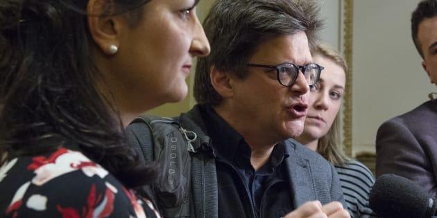Dominic Champagne, instigateur du Pacte pour la transition, a été invité au caucus libéral à Québec pour parler de son projet de loi anti-déficit climatique. Le voici aux côtés de Marie Montpetit, critique de l'opposition en matière d'environnement.