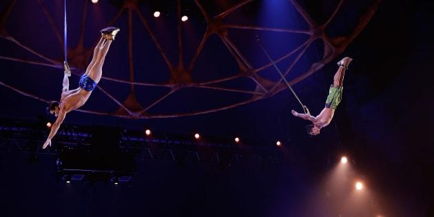 Yann Arnaud (à gauche) lors d'une représentation du Cirque du Soleil en 2013.