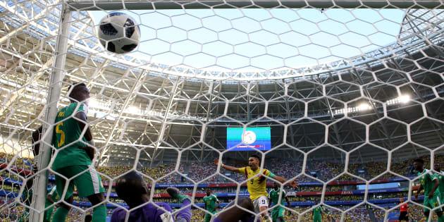ゴールポストにもたれかかるように見えるセネガルの5番、MFイドリッサ・ゲイェ選手(左)