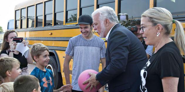 Philippe Couillard et sa femme Suzanne Pilote ont pris le temps de rencontrer des enfants, lundi matin, à St-Félicien.