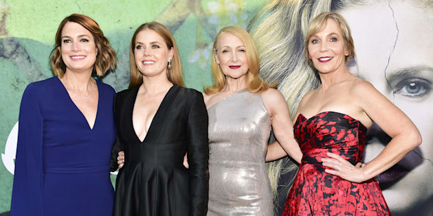 La escritora Gillian Flynn (de azul) con parte del elenco y la productora ejecutiva de 'Sharp Objects', la serie de HBO que desafía todos los prejuicios de género.