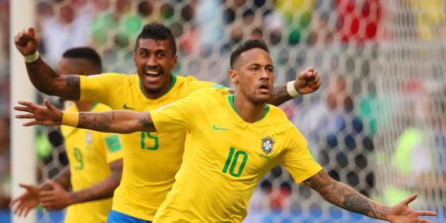Neymar (10) sai correndo para comemorar seu gol seguido por Paulinho e Gabriel Jesus: após sufoco, classificação às quartas de final.