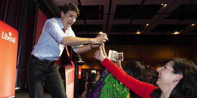Le premier ministre Justin Trudeau salue des militants avant de prendre la parole au Congrès du PLCQ à Québec, le 25 janvier 2019.