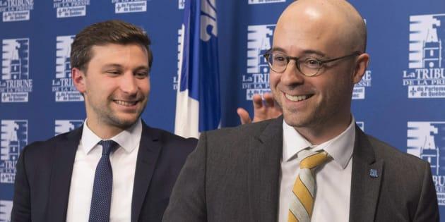 Gabriel Nadeau-Dubois félicite Sol Zanetti à la fin d'une conférence de presse à Québec, le 5 octobre 2017. Québec solidaire et Option nationale ont annoncé qu'ils avaient l'intention de fusionner leurs deux partis. (LA PRESSE CANADIENNE/Jacques Boissinot)