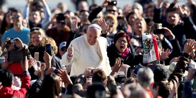 ローマ法王の姿を収めようと、スマートフォンなどで撮影する人々=2017年11月8日