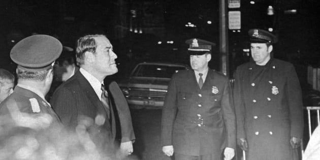 Jérôme Choquette traverse la sécurité pour entrer dans le palais de justice de Montréal, le 18 octobre 1970, pour rendre hommage à son collègue Pierre Laporte.