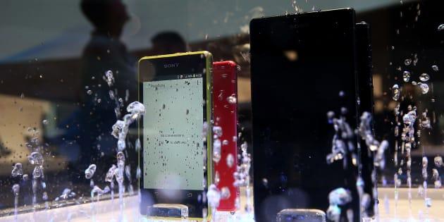 Varios teléfonos Sony Xperia Z1 en un expositor con agua.