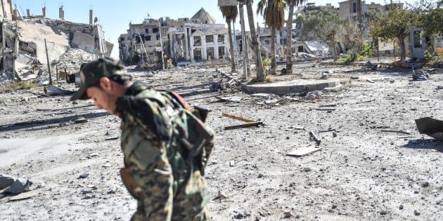 Un membre des Forces démocratiques syriennes arpente les rues désertes de Raqa.