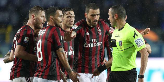 Des joueurs du Milan AC protestent devant l'arbitre lors d'un match de Serie A, en mai 2018