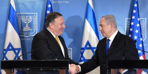 El secretario de Estado norteamericano, Mike Pompeo, y el primer ministro de Israel, Benjamín Netanyahu, se dan la mano efusivamente, el pasado 29 de abril en Tel Aviv.