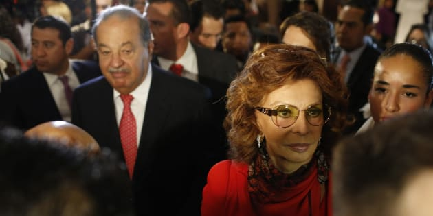 Sophia Loren y Carlos Slim en el tour por el Museo Soumaya, cuando ella vino a festejar su cumpleaños 80.  Septiembre 18, 2014.  REUTERS/Tomas Bravo