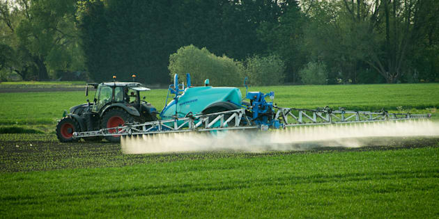 Un agriculteur répand des pesticides à Fromelles près de Lille, le 9 mai 2016.