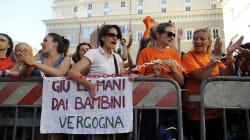 I No vax manifestano davanti al Senato contro il decreto sui vaccini obbligatori. Salvini: