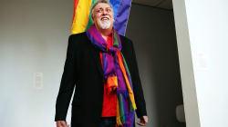 Addio Gilbert Baker, l'artista che disegnò la bandiera arcobaleno come simbolo della comunità