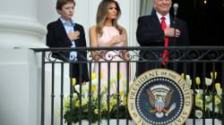 Melania le recuerda a Trump colocar su mano derecha sobre el corazón durante el himno