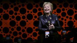 Habló como toda una dama: Hillary se puso su cachucha anti