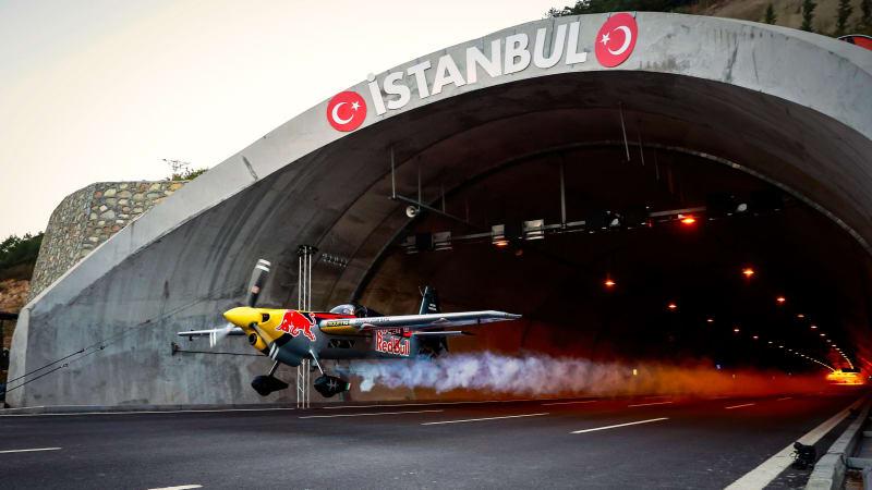 Red Bull-Pilot fliegt Flugzeug durch Tunnel und stellt Guinness-Rekord auf€