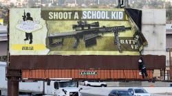 Un panneau publicitaire vandalisé qui invite à «tirer sur un