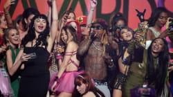 Lil Wayne se retrouve sur scène entouré d'actrices