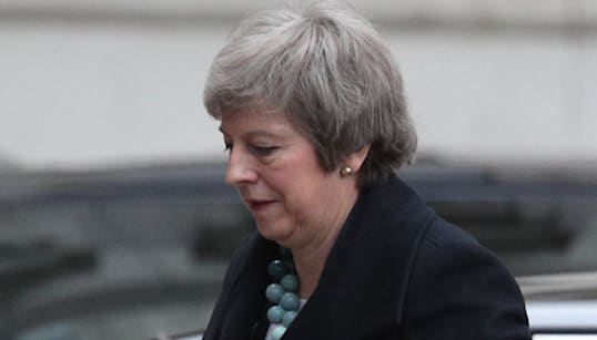 UNA RISATA L'HA SEPPELLITA - Risate fragorose e urla di disapprovazione hanno accompagnato l'intervento di Theresa May ai Com...