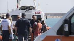 Sbarcano i 450 migranti a Pozzallo, tutti negli hotspot in attesa di essere