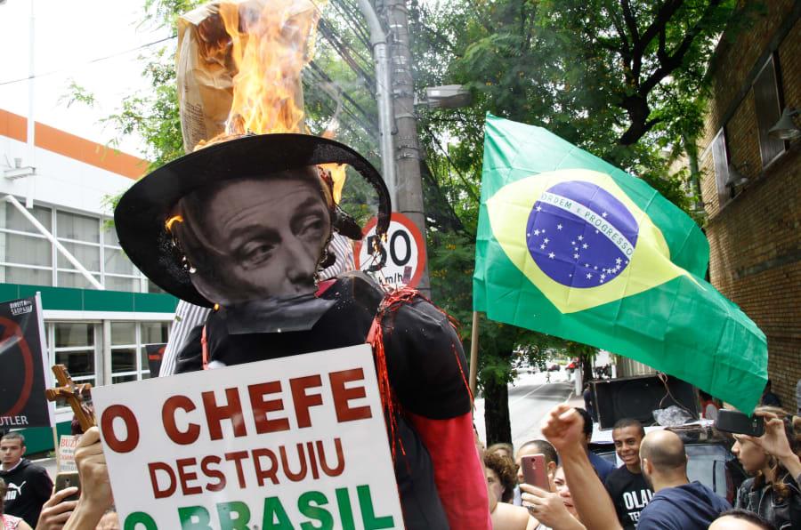 Manifestantes protestam contra a vinda da filósofa Judith Butler ao Brasil, na frente do Sesc Pompéia, em São Paulo.