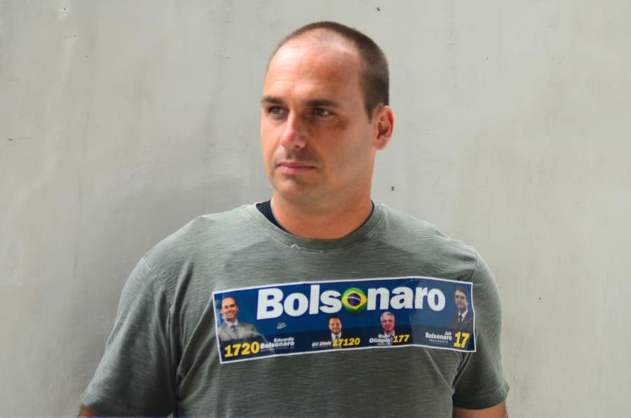 En las pasadas elecciones del 7 de octubre, Eduardo Bolsonaro obtuvo un millón 814 mil 443 votos, con lo cual fue reelecto para un segundo mandato en la Cámara de Diputados brasileña.