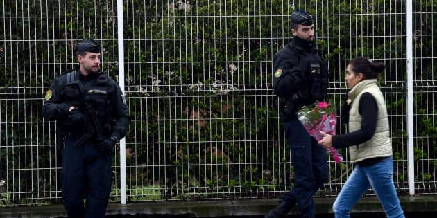 En hommage à Arnaud Beltrame, les fleurs s'accumulent devant le groupement de gendarmerie de l'Aude
