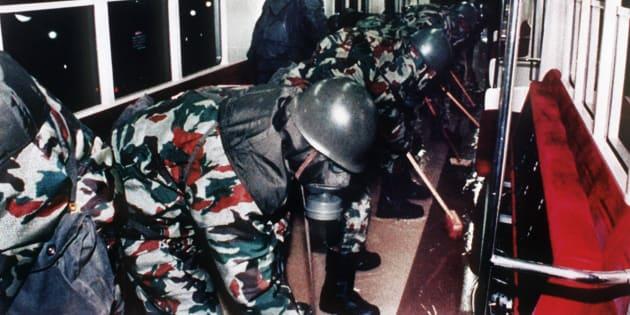 サリンがまかれた地下鉄車両を洗浄する陸上自衛隊員(東京都)撮影日:1995年03月20日