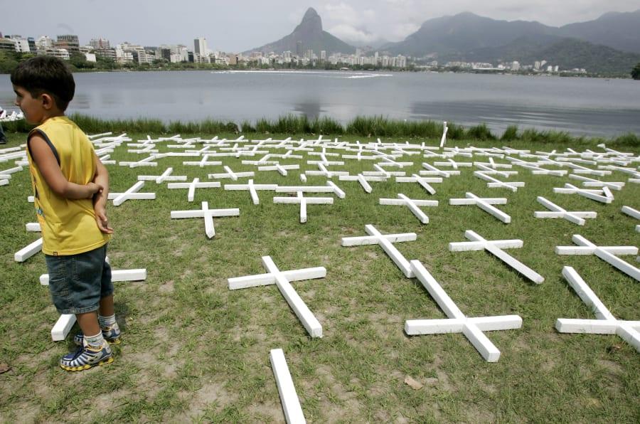 Protesto no Rio de Janeiro com 36 mil cruzes representando os 36 mil mortos por armas de fogo no Brasil.