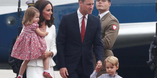 Le Duc de Cambridge et sa femme, Kate Middleton, ont dû tenir leurs enfants qui n'étaient pas ravis de descendre de l'avion.