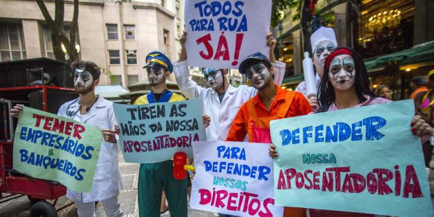 Cartazes no carnaval de São Paulo contra a reforma da Previdência