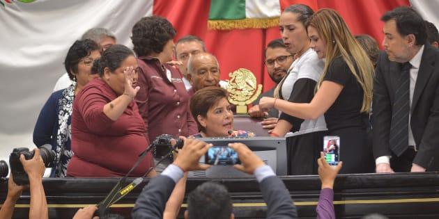 Tras horas de discusión, y en medio de una disputa entre bancadas de MORENA y PAN, el Congreso de Veracruz designó a Marcos Even Torres como nuevo fiscal Anticorrupción. En medio de jaloneos, asistentes gritaban y repudiaban el nombramiento.