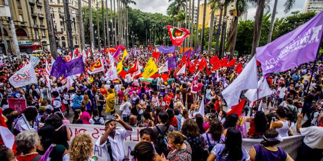 Mulheres vão às ruas pelo direito ao aborto no Brasil.