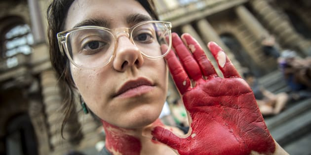 Mulheres protestam contra violência contra a mulher.