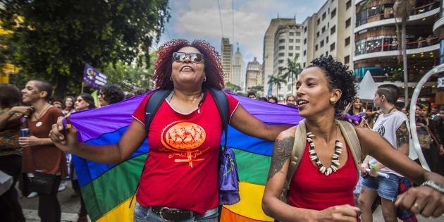É comum o apagamento das lésbicas, as dúvidas sobre os bissexuais, as generalizações sobre as travestis e transexuais e o desconhecimento total sobre intersexuais.