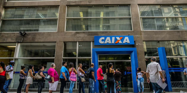 Brasileiros enfrentam fila na Caixa Econômica Federal para sacar recursos de contas inativas do FGTS.