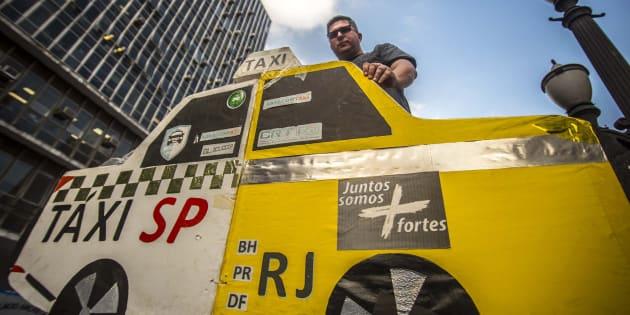 Centenas de taxista protestam em São Paulo contra aplicativos de transporte.
