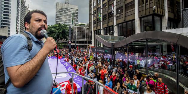 Líder do Movimento dos Trabalhadores Sem Teto (MTST), Guilherme Boulos, em protesto em São Paulo contra o governo de Michel Temer.