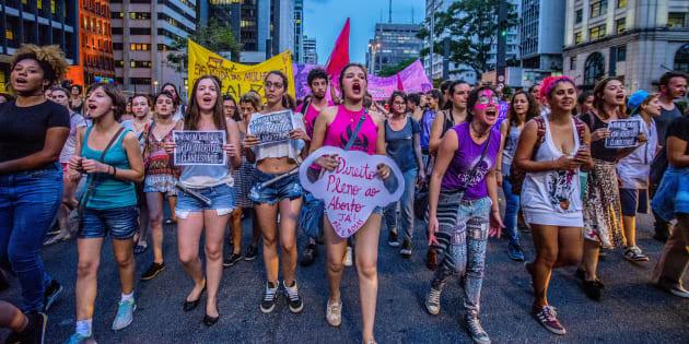 Aqui se realiza uma luta que reconhece que o aborto existe e acontece na vida das brasileiras e que a criminalização não impede sua prática.