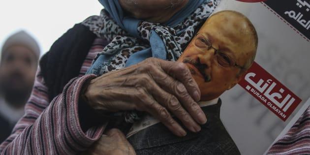 Una mujer sostiene un póster durante las oraciones funerarias en ausencia por el periodista saudita Jamal Khashoggi, quien fue asesinado el mes pasado en el consulado de Arabia Saudita, en Estambul, el viernes 16 de noviembre de 2018.