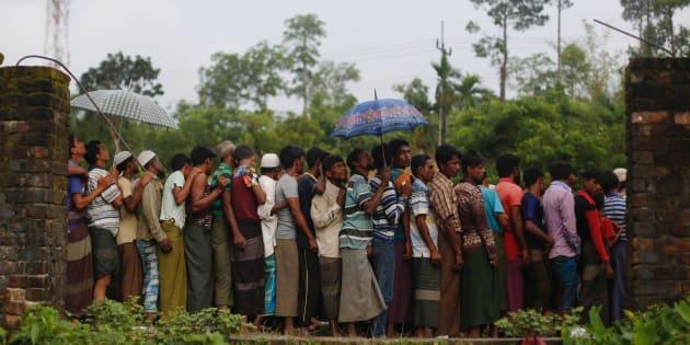 Refugiados rohingya esperan para recibir comida repartida por ONG locales cerca de Balukhali, Bangladesh, este miércoles.