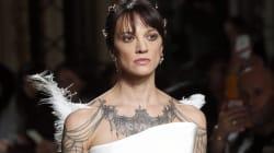 Abito bianco con piume di struzzo: Asia Argento sfila a Parigi nel mito di
