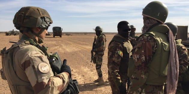 Des soldats maliens et des soldats français de la force Barkhane, en novembre 2017 dans le centre du Mali.